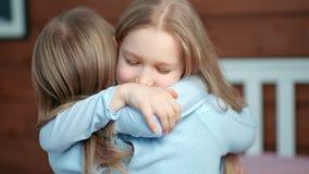 Μέση κινηματογράφηση σε πρώτο πλάνο λίγο κοριτσάκι που ορμά στο αγκάλιασμα της μητέρας της που έχει τη θετική συγκίνηση απόθεμα βίντεο