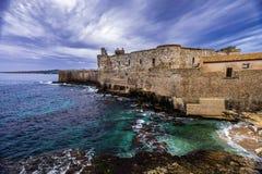Μέσο ηλικίας Maniace Castle seacoast στο νησί Ortigia στη Σικελία, Siracusa στοκ φωτογραφία