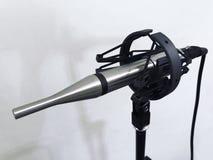 Μέτρηση του μικροφώνου στο υγιές στούντιο στο άσπρο υπόβαθρο στοκ φωτογραφία