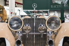 Μέτωπο και προβολείς της εκλεκτής ποιότητας μπεζ Mercedes στοκ φωτογραφίες με δικαίωμα ελεύθερης χρήσης