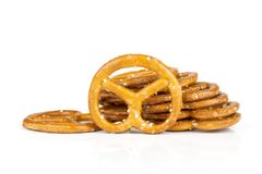 Μίνι αλατισμένα pretzels που απομονώνονται στο λευκό στοκ φωτογραφία