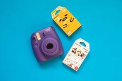 Μίνι κάμερα Fujifilm instax και gudetama και Winnie η στιγμιαία ταινία Pooh στο μπλε υπόβαθρο στοκ φωτογραφία με δικαίωμα ελεύθερης χρήσης