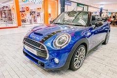 Μίνι ο μετατρέψιμος είναι μέτωπο αυτοκινήτων με τα στρογγυλά ελαφριά και μπλε και μαύρα λαμπρά χρώματα στην επίδειξη στο πολυκατά στοκ φωτογραφία με δικαίωμα ελεύθερης χρήσης