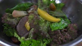 Μαγειρεύοντας σαλάτα κοντά επάνω Μάγειρας αρχιμαγείρων που προετοιμάζει τη φυτική σαλάτα με το κρέας και τα εσπεριδοειδή στο κύπε απόθεμα βίντεο
