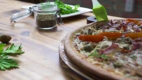 Μαγειρεύοντας πίτσα Pizzaillo στα ιταλικά pizzeria Μάγειρας αρχιμαγείρων που προετοιμάζει την πίτσα στην παραδοσιακή συνταγή με τ απόθεμα βίντεο