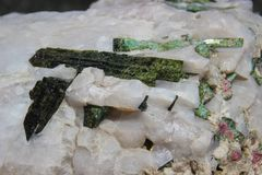 Μαγικά όμορφα κρύσταλλα του πράσινου και άσπρου χαλαζία Μακροεντολή στοκ εικόνα με δικαίωμα ελεύθερης χρήσης