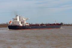 Μαζικός εν εξελίξει ελιγμός φορτηγών πλοίων στο λασπώδη ποταμό στοκ εικόνα
