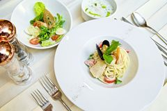 Μακαρόνια με τα θαλασσινά και τις ντομάτες στοκ εικόνα με δικαίωμα ελεύθερης χρήσης