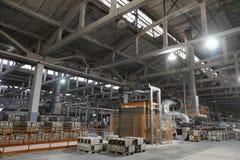 Μακριοί σκονισμένοι διάδρομοι μέσα στο κεραμικό εργοστάσιο στοκ εικόνα με δικαίωμα ελεύθερης χρήσης