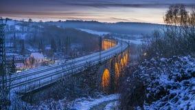 Μακροχρόνια έκθεση του τραίνου στην οδογέφυρα στοκ εικόνα