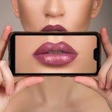 Μακρο τέλειο χείλι makeup Μακρο φωτογραφία των λεπτομερειών προσώπου Σκιές κραγιόν του κοκκίνου Σχολιάστε τα χείλια στοκ φωτογραφίες