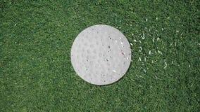 Μακρύ χέρι που συγκεντρώνει ένα αναδρομικό ύφος διακοπής σφαιρών γκολφ με το κομφετί ελεύθερη απεικόνιση δικαιώματος