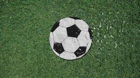 Μακρύ χέρι που συγκεντρώνει ένα αναδρομικό ύφος διακοπής σφαιρών ποδοσφαίρου με το κομφετί διανυσματική απεικόνιση