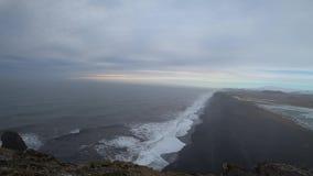Μαύρη παραλία άμμου στην Ισλανδία 4k απόθεμα βίντεο