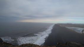 Μαύρη παραλία άμμου στην Ισλανδία 4k φιλμ μικρού μήκους