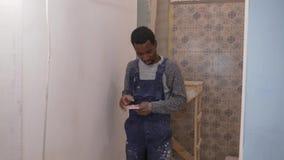 Μαύρος τύπος για την εργασία σε μια κατασκευή απόθεμα βίντεο