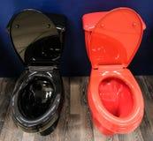 Μαύρου και κόκκινου σχέδιο καθισμάτων τουαλετών, Καλύψτε το κάθισμα τουαλετών αυξάνεται στοκ εικόνες με δικαίωμα ελεύθερης χρήσης