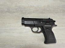 Μαύρο βάναυσο πιστόλι tanfoglio σε θάλαμο σε 9mm στοκ εικόνες