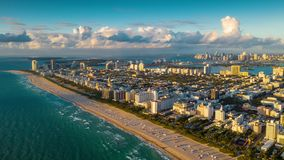 ΜΑΪΑΜΙ, ΦΛΩΡΙΔΑ, ΗΠΑ - ΤΟΝ ΙΑΝΟΥΆΡΙΟ ΤΟΥ 2019: Εναέρια πτήση άποψης πανοράματος κηφήνων hyperlapse 4k πέρα από την ωκεάνια ακτή π φιλμ μικρού μήκους