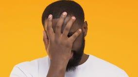 Ματαιωμένος μαύρος που παρουσιάζει facepalm χειρονομία, έκφραση της απογοήτευσης απόθεμα βίντεο