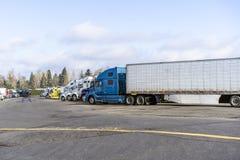 Μεγάλα ημι φορτηγά εγκαταστάσεων γεώτρησης που στη σειρά στο ευρύ μέρος στάσεων φορτηγών parkink στοκ εικόνα με δικαίωμα ελεύθερης χρήσης