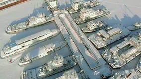 Μεγάλα σκάφη ποταμών στο χειμερινό χώρο στάθμευσης Τα σκάφη είναι παγωμένα στον πάγο Εναέρια μαγνητοσκόπηση απόθεμα βίντεο