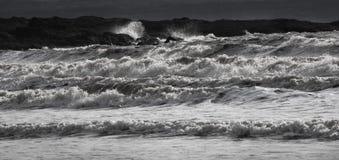 Μεγάλα συντρίβοντας κύματα σε γραπτό στοκ εικόνες