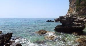 Μεγάλες πέτρες και διαφανές νερό με τον άσπρο αφρό - αδριατική θάλασσα κοντά σε Budva στοκ εικόνες