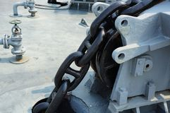 Μεγάλη αλυσίδα σιδήρου της άγκυρας στο σκάφος στενό σε επάνω στοκ εικόνες