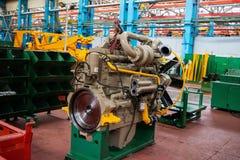 Μεγάλη μηχανή diesel με έναν τεράστιο στρόβιλο στην αποθήκη εμπορευμάτων τελειωμένος - εργοστάσιο προϊόντων για την παραγωγή των  στοκ εικόνα με δικαίωμα ελεύθερης χρήσης