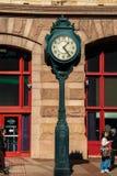 Μεγάλο περίκομψο ρολόι σε έναν πόλο μπροστά από το τερματικό ανάγνωσης στην οδό αγοράς στην κεντρική πόλη, Φιλαδέλφεια στοκ εικόνες