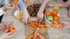 Μεσημεριανό γεύμα γραφείων Αποσυναρμολογημένη προσωπικό πίτσα από τον πίνακα Τοπ άποψη, κινηματογράφηση σε πρώτο πλάνο χεριών απόθεμα βίντεο