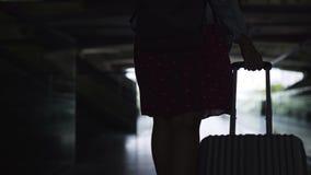 Μετά από το τράβηγμα της βαλίτσας στο σκοτεινό εσωτερικό του σύγχρονου σταθμού απόθεμα βίντεο