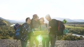 Μετακινηθείτε τον πυροβολισμό τεσσάρων ευτυχών φίλων κατά τη διάρκεια του πεζοπορώ στα βουνά φιλμ μικρού μήκους