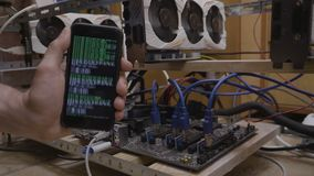 Μεταλλεία Cryptocurrency στο smartphone με την εκμετάλλευση εμπόρων στο χέρι του ένα κινητό τηλέφωνο με crypto app κώδικα την κιν απόθεμα βίντεο