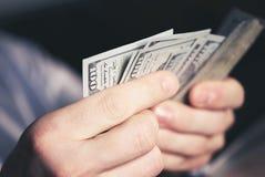 Μετρώντας χρήματα μετρητών στοκ εικόνες