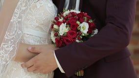 Με παντρεψτε σήμερα και καθημερινά Χέρια εκμετάλλευσης ζεύγους Newlywed, πυροβολισμός σε σε αργή κίνηση φιλμ μικρού μήκους