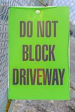 Μην εμποδίστε Driveway το σημάδι σε έναν φράκτη καλωδίων πλέγματος στοκ εικόνα