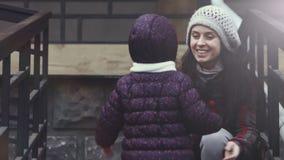 Μητέρα έτοιμη να κρατήσει την κόρη τρέχοντας προς την απόθεμα βίντεο