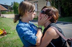 Μητέρα και κόρη σε μια χειρονομία αγάπης στοκ φωτογραφίες
