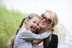 Μητέρα και λίγο χαμόγελο κορών στοκ φωτογραφίες με δικαίωμα ελεύθερης χρήσης