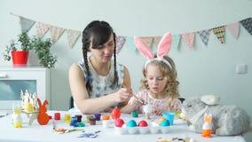 Μητέρα και παιδί που χρωματίζουν το αυγό Πάσχας από κοινού απόθεμα βίντεο