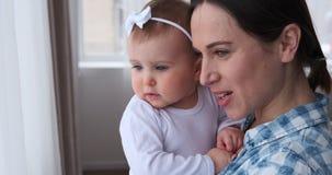 Μητέρα με το κοριτσάκι στο σπίτι απόθεμα βίντεο