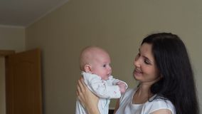 Μητέρα που ανατρέφει το μωρό επάνω και που φιλά τον φιλμ μικρού μήκους