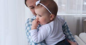 Μητέρα που χορεύει με το κοριτσάκι στο σπίτι απόθεμα βίντεο
