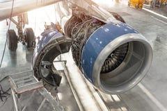 Μηχανή αεροσκαφών με τα ανοικτά χτυπήματα κουκουλών, για την υπηρεσία, επισκευή στοκ εικόνες