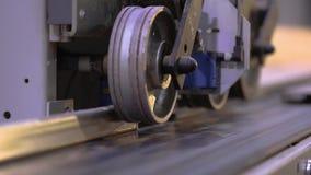 Μηχανισμός ανίχνευσης στην ταξινομώντας ζώνη, ο μηχανισμός της μηχανής ξυλουργικής κοντά επάνω απόθεμα βίντεο