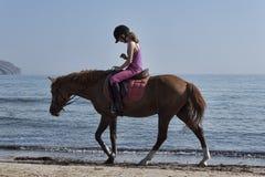 Μη αναγνωρισμένος αναβάτης σε ένα άλογο στην παραλία Πλάτη αλόγου που οδηγά στην Κρήτη ένα από τα αγαπημένα χόμπι των vacationers στοκ φωτογραφία με δικαίωμα ελεύθερης χρήσης