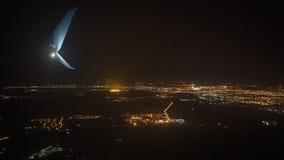 Μια άποψη της μεγάλης πόλης νύχτας από το παράθυρο αεροπλάνων Μόσχα απόθεμα βίντεο