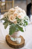 Μια ανθοδέσμη των λουλουδιών σε έναν πίνακα στοκ εικόνες